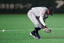 マリナーズの選手が東京ドームのリニューアルされた人工芝に悪戦苦闘【写真:Getty Images】