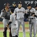 8回、広島・新井に同点二塁打を打たれ、畠(右から3人目)のもとに集まる巨人ナイン=マツダ(C)KYODO NEWS IMAGES