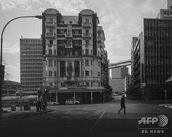 南アフリカ・ヨハネスブルクの「中央商業地区」にある「ベルビスタ・フラット」(2020年4月15日撮影)。(c)AFP/ Marco Longari
