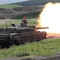 「富士総合火力演習」ターゲットに向けて主砲を撃つ10式戦車=23日午前、静岡県の東富士演習場(松井英幸撮影)