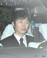 東京地裁に入る新井被告