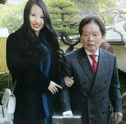 野崎幸助さん(右)と元妻の須藤早貴容疑者=2017年12月(提供・吉田隆/共同通信社)