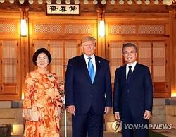 夕食会前に記念撮影するトランプ大統領(中央)と文在寅大統領夫妻=29日、ソウル(聯合ニュース)