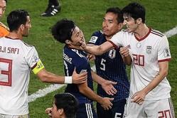 大迫を倒したプレーについて詰め寄られ、苛立ったアズムンは主審の目の前で柴崎の顔を鷲掴みにした。 (C)AFC