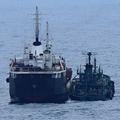 東シナ海で海上自衛隊が撮影した「瀬取り」。船籍不明の小型船が北朝鮮のタンカーにホースを接続している(参考写真:防衛省提供)
