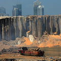 レバノンの首都ベイルートで、大爆発により破壊された穀物用サイロ(2020年8月5日撮影)。(c)STR / AFP