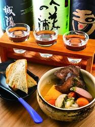牛TANNI(924円、手前)、京の地酒三種盛り(1058円、奥)/京都立呑 きよきよ