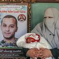 イスラエルで収監中の夫との間に体外受精で授かった子どもを抱くイマン・クドラさん。パレスチナ自治区ガザ地区南部ハンユニスにある難民キャンプで(2021年2月24日撮影)。(c)SAID KHATIB / AFP