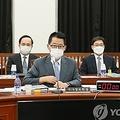 国会情報委員会に出席した朴智元(パク・ジウォン)国家情報院長(中央)=20日、ソウル(聯合ニュース)