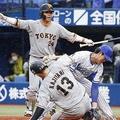 6回巨人二死満塁、打者巨人・大城のとき、DeNA・上茶谷(右)が暴投、三走に続き二走梶谷(13)の生還(C) Kyodo News