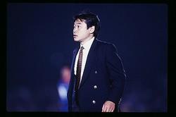35歳の若さでV川崎を率いた松木監督。当時は試合中の厳しい表情が印象的だった。写真:Jリーグフォト