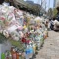 東京・池袋の事故現場では、花束を供え、被害者を悼む人たちの姿がみられた(2019年4月23日撮影)