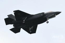 航空自衛隊のステルス戦闘機「F35」。陸上自衛隊朝霞駐屯地の朝霞訓練場で行われた自衛隊観閲式で(2018年10月14日撮影、資料写真)。(c)Kazuhiro NOGI / AFP