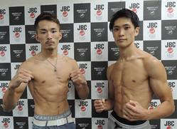 P説訂正<日本フェザー級タイトルマッチ>前日計量をクリアした阿部麗也(左)と佐川遼