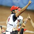 人差し指を天にかざし「世界一」をアピールするナイン (Photo by PHOTO KISHIMOTO)  [2008年8月21日、豊台ソフトボール場(北京)]