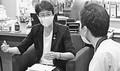 (写真)厚労省の担当者から聞き取りする紙議員(左)=15日、国会内