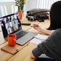 Web チャット会議で自宅で働く女性