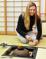 初めての茶道をたしなみ、日本の文化に触れたミシェル(取材協力・茶友倶楽部 空門)