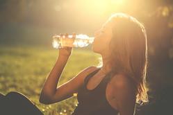 食事中に水をカブ飲みはNG。水を飲んで痩せるならコレが正解です!