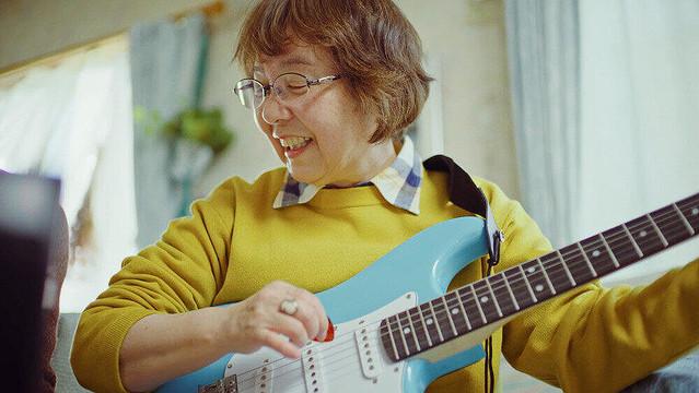 [画像] 母の日に「エレキギター」? 新たな趣味に挑戦するお母さんら描く「楽天市場」CM
