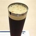 キーコーヒー 通常の水出しコーヒー(左)と、泡のコーヒー(右)