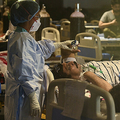 インド・ニューデリーで、新型コロナウイルス感染症の患者の治療にあたる医療従事者(2021年5月7日撮影)。(c)Prakash SINGH / AFP