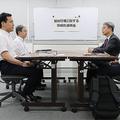 事務的説明に臨む経済産業省の岩松潤貿易管理課長(左手前)=12日午後、同省(代表撮影)