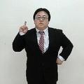 秋元さんのモノマネをする関さん(タイムマシーン3号Official YouTube Channelより
