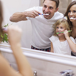食べてすぐに歯磨きはダメ!?逆効果な理由とは?