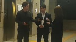 警察での聴取を終えたV.Iさん(中央)=28日、ソウル(聯合ニュース)