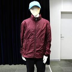 事件後、不審な男が購入したとされるものと同型の衣類=大阪府警本部