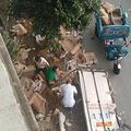 10トンの豚肉を積んだトラックが交通事故に巻き込まれ、百人もの人々が地面に散らばった豚肉を略奪した(微博)