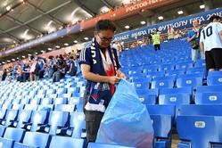 日本人サポーターが客席のゴミ拾いを気丈に行ったことを海外メディアも注目【写真:Getty Images】