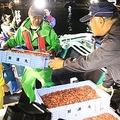 船から降ろされる水揚げされたサクラエビ=10月23日、焼津市飯淵の大井川港(石原颯撮影)