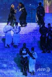 イスラエル・テルアビブで行われたユーロビジョンで、パフォーマンスを披露する米歌手マドンナら(後方、2019年5月19日撮影)。(c)AFP=時事/AFPBB News