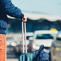 中国では空港などで「白タク」が客待ちをしている姿を見ることができる。料金メーターを設置していないことがほとんどであるため、料金はドライバーとの交渉で決まる。営業許可を受けていない白タクは中国でも違法の存在だが、実際には野放しにされているのが現状だ。(イメージ写真提供:123RF)