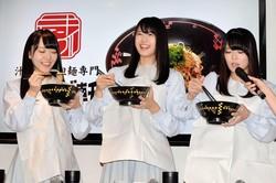 トークショーで、広島名物の「汁なし担々麺」を試食するSTU48の(左から)土路生優里、瀧野由美子、矢野帆夏=都内
