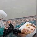 足でメッシの肖像画を描くアーティスト