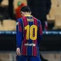 試合終了間際に退場となり、ピッチを去るメッシ。 (C) Getty Images