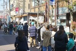 3月26日、開店前のスーパーに並ぶ人々(東京都大田区。時事通信フォト)