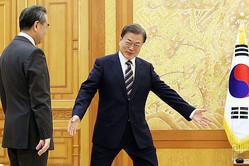 満面の笑みで中国外相を迎える文大統領