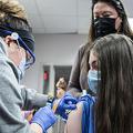 米バージニア州フェアファックスで新型コロナウイルスワクチンの接種を受ける娘を見守る母親(2021年5月13日撮影、資料写真)。(c)ANDREW CABALLERO-REYNOLDS / AFP