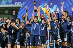 キャプテンを務めた南(4番)は、「このチームでの1年半の集大成としてワールドカップで優勝できて嬉しい」と喜びを語った。(C)Getty Images