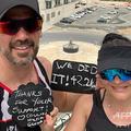 アラブ首長国連邦(UAE)のドバイで、アパートのバルコニーで42.2キロを完走したというコリン・アリンさん(左)と妻ヒルダさん。コリンさんとヒルダさん提供(2020年3月28日提供)。(c)AFP PHOTO / HO / COLIN AND HILDA ALLIN