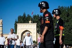 米メディア・バズフィードのメーガ・ラジャゴパラン中国支社長が今年5月、中国当局に記者ビザの更新を拒否された。写真は新疆ウィグル自治区の街で警戒する警官らの様子(JOHANNES EISELE / AFP / Getty Images)