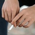たばこを持つ人の手(2010年5月28日撮影、資料写真)。(c)AFP PHOTO / ROMEO GACAD