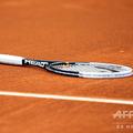 コート上に置かれたラケット(2012年4月18日撮影、資料写真)。(c)VALERY HACHE / AFP