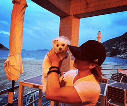YOSHIKI、愛犬を抱える筋肉ムキムキな二の腕写真に驚きの声「こんな腕してたの!?」