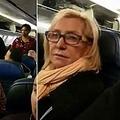 肥満の乗客に挟まれた女性、ユナイテッド航空機内から降ろされる(画像は『Vermilion Standard 2019年1月29日付「'TWO BIG PIGS': Rude woman kicked off flight after fat-shaming meltdown」(Facebook/Norma Rodgers)』のスクリーンショット)