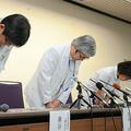 会見で謝罪する京都大病院の宮本享病院長(中央)ら=京都市左京区